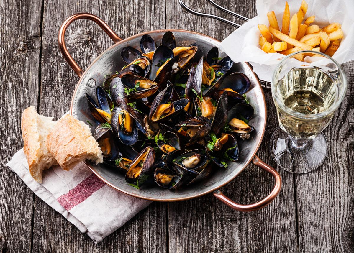Ne partez pas sans avoir dégusté une cassolette de moules marinières ! Fruits de mer emblématiques du Sud Vendée Littoral