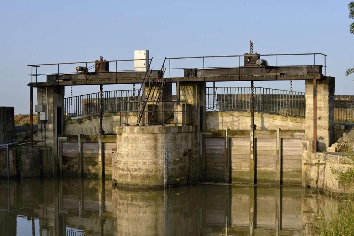 Ouvrage hydraulique et canal du marais desséché